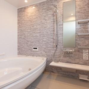 ご主人のこだわり1.5坪サイズで大きな浴槽を採用。ゆったり入れる贅沢な時間