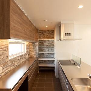 使い勝手の良さと清潔感のあるステンレス天板は圧巻。背面の吊り収納には優しい光が広がる間接照明で演出キッチン横にはたっぷり奥行きのある可動棚で調理家電もスッキリと収納出来、見た目も使い勝手も抜群です。