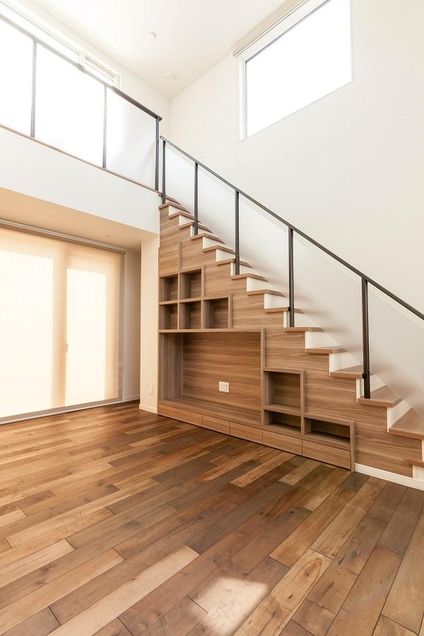 アクリルパネルの階段手すり。圧迫感を感じることなく、空間をより開放的に演出