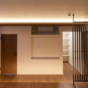 幻想的な雰囲気を醸し出す間接照明。ベットスペースはフロアを一段上げることで旅館の様なくつろぎ、癒やしの演出