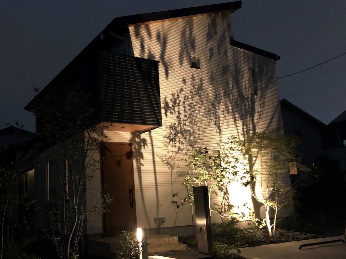 外壁は白をメインにモノトーンで仕上げ、玄関軒天も木目調にし細部までこだわりました。外構ともマッチし、シンプルの中にこだわりの詰まった外観です!