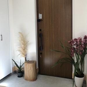 玄関土間はモルタルで仕上げ、まるでモデルハウスのようなかっこよさ!