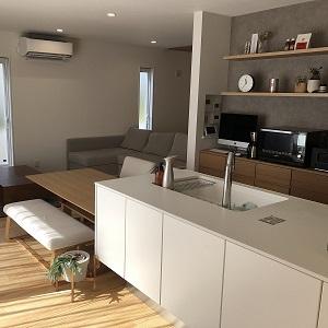 キッチン前からも調理側からも、ホールへ繋がるドアがあり、コの字で繋がる便利な動線。クロスはモルタル風のものを選び、カップボードとカウンターがよく映え、おしゃれな空間に。家電や小物との相性もばっちりです!
