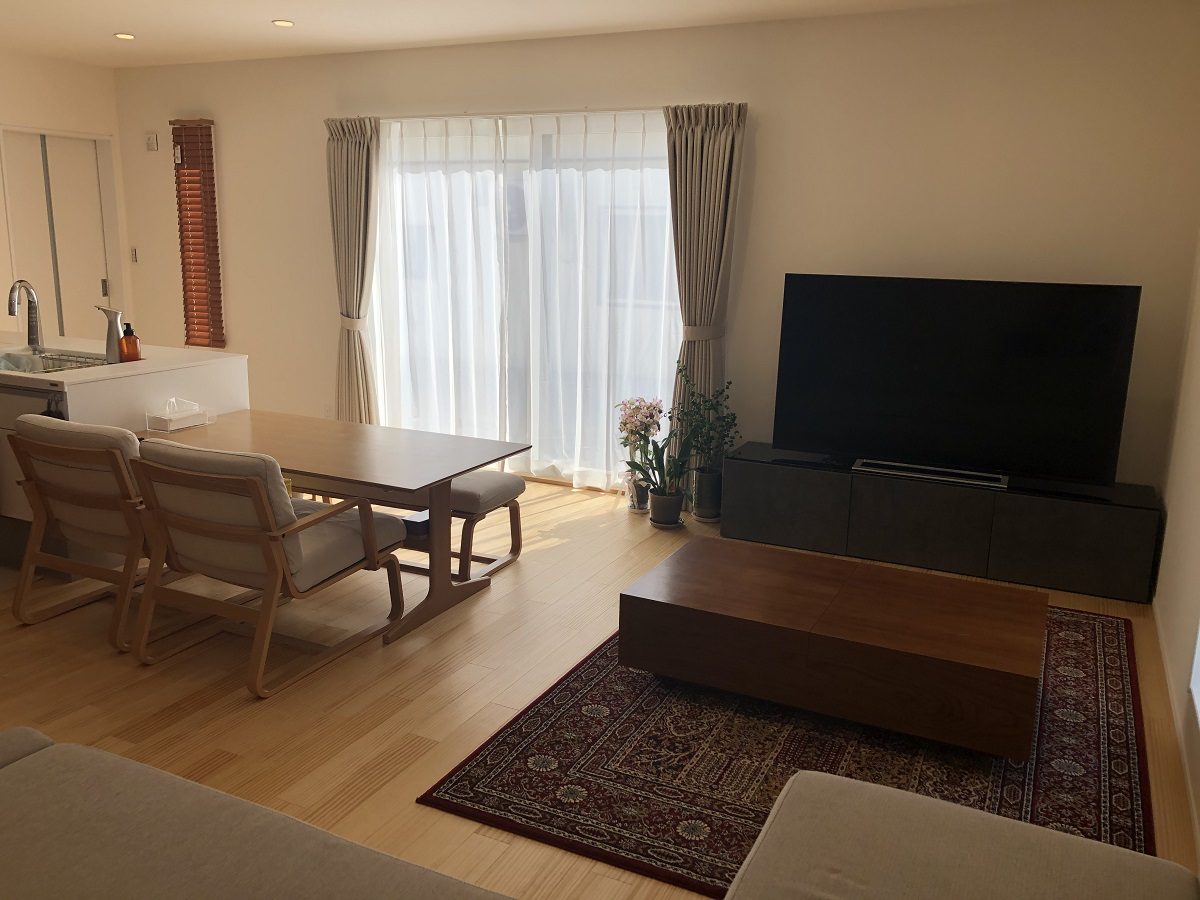広々としたくつろぎのリビング。回遊動線で家中をぐるぐる回れるので、無駄な動きを省けるため、快適に生活ができます。ナチュラルな色の無垢床でお部屋も明るく柔らかい印象に。