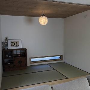 リビング奥に佇む小上がりのタタミコーナー。天井を木目調にし、照明との相性もよく、落ち着いた雰囲気になっています。
