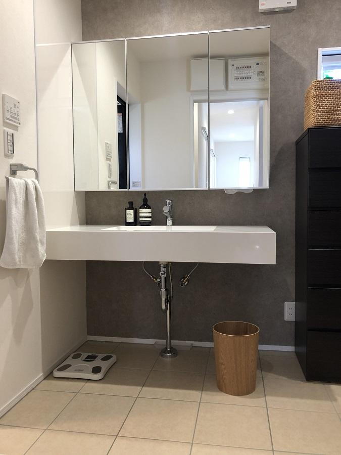 まるでホテルのような空間。ご夫婦の好き!が重なったすっきりしたデザインの洗面化粧台です。