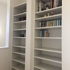 階段を上がりきると、大容量の壁面収納になっており、思う存分大好きな本を並べることができます。これからたくさんの本との出会いがありますように。