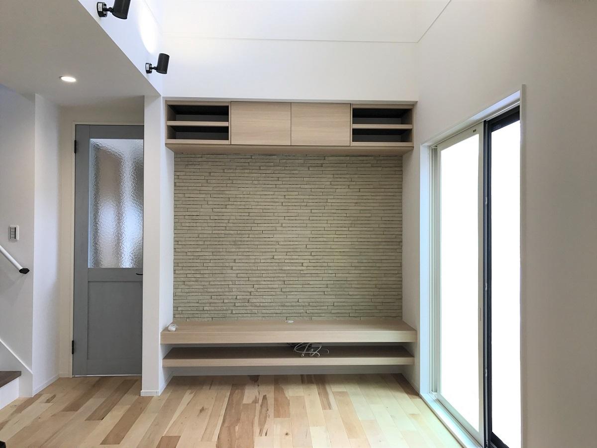無垢床が気持ち良いリビング。 和室との仕切りが最小限なので、空間に開放感があります。