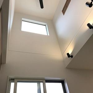 開放感のある吹抜け。 2階の居室に付いている木製の飾り窓もかわいいですね!
