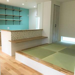 モザイクタイルがかわいいキッチン前のカウンターは、和室に座って使うタイプ。 ご家族みんなのお気に入りの場所です♪