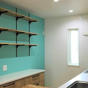 ご主人のお気に入りの、キッチン後のオープンな飾り棚は、 お家の雰囲気ともよく合います。