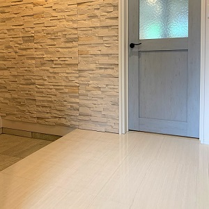 床タイルと壁タイルのある玄関ホール。 オシャレで豪華に見えますね。