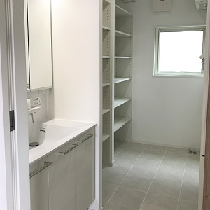 収納棚たくさんの洗面所。 これだけ棚があると助かりますね。