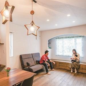地熱を利用した標準仕様の床暖房で、足元からほんのり温まる室内。