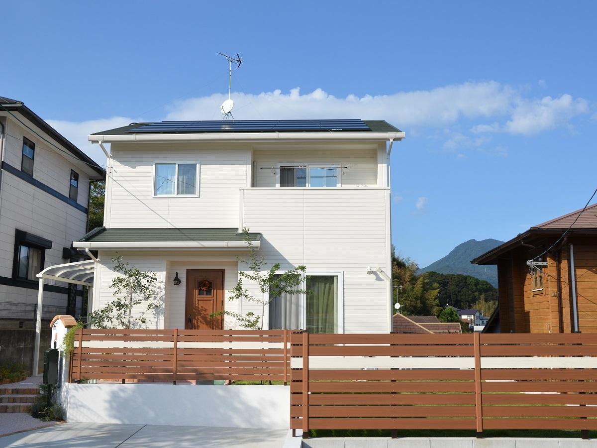緑の屋根に、クリームがかった白い外壁を合わせた、かわいらしく優しい印象の外観。打ち合わせの際に奥様が「緑の屋根にしたい!」と仰っていたのを今でも鮮明に覚えています。