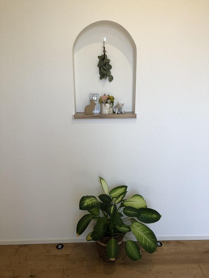 玄関の扉を開けたら、出迎えてくれるアーチ型のニッチ。好きな小物を飾り、お気に入りの空間になりました。