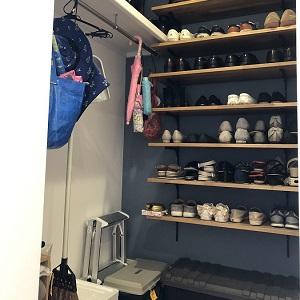 ご家族の靴はもちろん、雨具やアウトドア用品もすっきり片付きます。また、掘り込みを利用して、傘立てを置けるスペースができました。