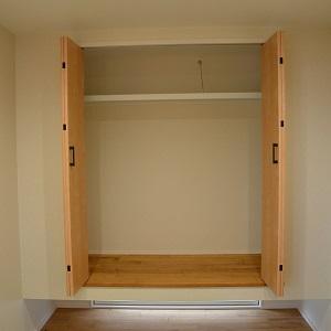 リビングに隣接した和室は、お子様の遊ぶスペースとしてはもちろん、遠方からご両親がいらした際のお部屋としても利用することができます。床から浮かせた押し入れと、その下から明かりが入ってくるように設けられた地窓は、より広い空間に感じられる効果があります。また、階段下のデッドスペースを有効活用した収納など、1つの空間に工夫を凝らした和室となっています。