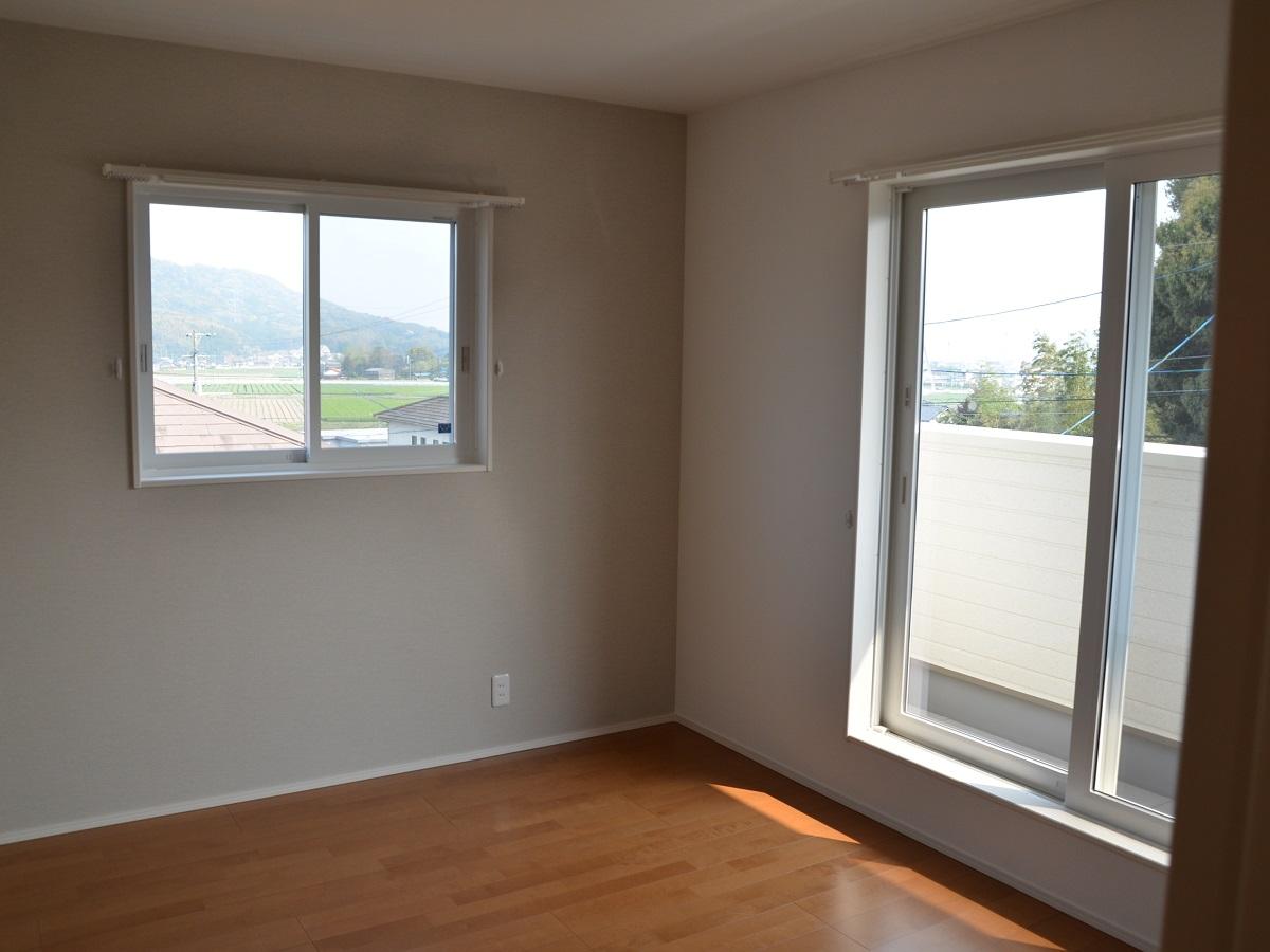 寝室の窓から見える緑豊かな景色が、実はこの土地を選んだポイントでもあります。寝室には、ワイドタイプのウォークインクローゼットがありますので収納もばっちり!また、クロスを変えたことで、よりおしゃれな空間となり、お洋服選びも楽しい時間に。
