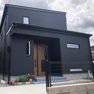 黒で統一された外観が凛とした美しさを醸し出すシンプルモダンの家