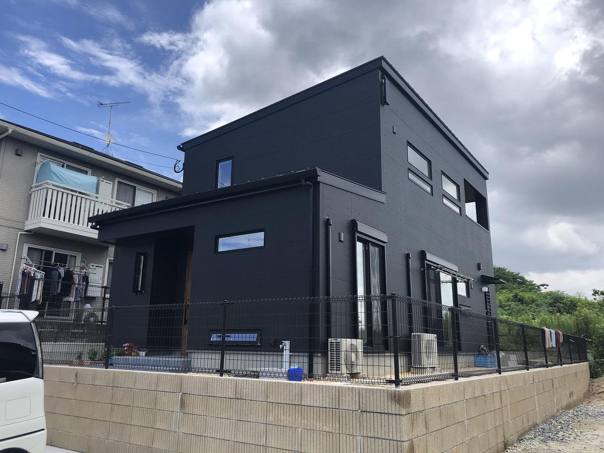 外壁のデザインはアークディンプル(コンクリート打ちっぱなし風)にし、塗装は黒で仕上げました。屋根や窓周りも黒でそろえ、統一感があってモダンなかっこいい外観です。