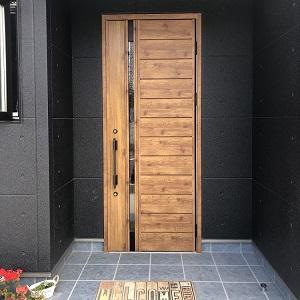 木目の玄関ドアに、ブルーのタイルを組み合わせて爽やかな印象になりました。
