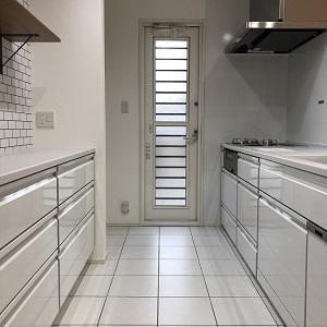 キッチン周りはホワイトをメインカラーにされています。キッチン床はタイルを採用し、夏場はひんやり冬場はほんのりあったか、快適にお料理ができます。