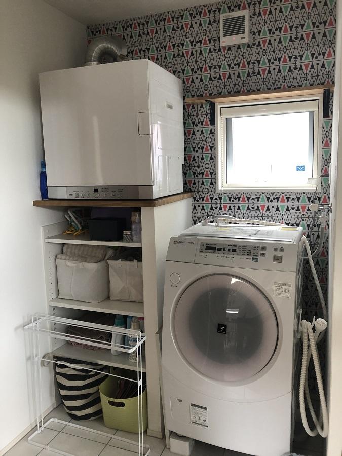 1番のポイントは何と言ってもガス衣類乾燥機。ガスのパワーで洗濯物も素早くカラッと乾き、家事も短縮でき大助かりです!また、洗面所の幾何学模様のクロスがアクセントとなり、お洗濯時も気分が上がりそうです。