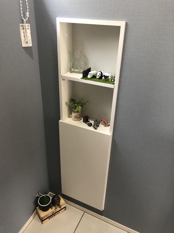 階段下の空間を有効活用してできたトイレはスタイリッシュな空間になりました。壁付けの収納部分は、お子様が小物を置いてちょっとした遊びのスペースになっています。