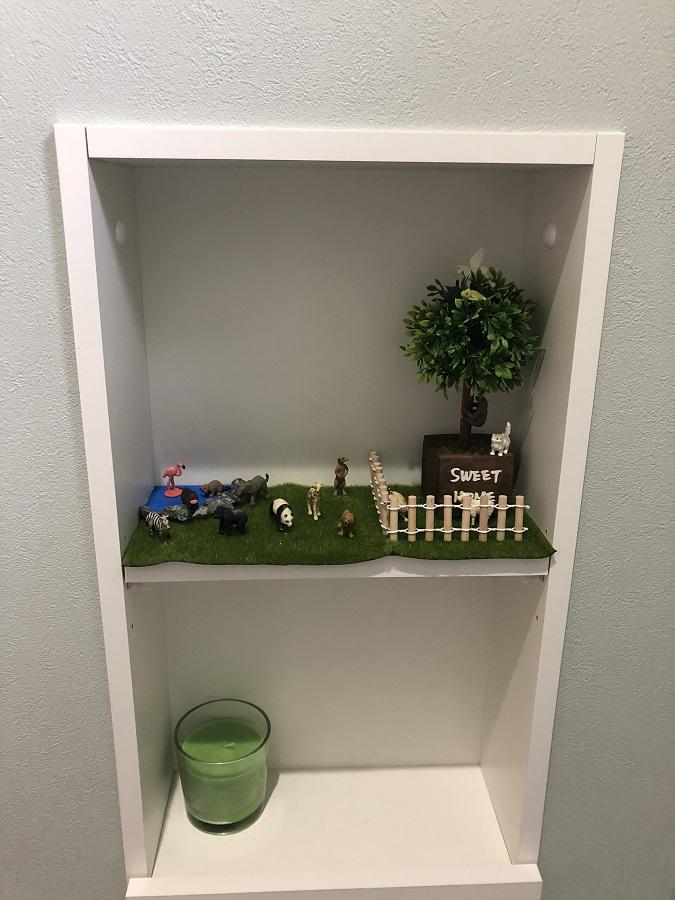 2階のトイレは、ミントブルーのクロスで、1階とはまた違った爽やかな雰囲気に仕上がりました。こちらも1階のトイレ同様、壁付けの収納はお子様の遊びスペースに。