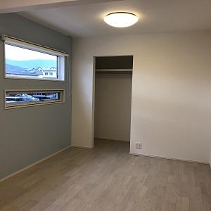 年の近い女の子2人のお部屋を、将来仕切れるような設計にしています。お部屋を仕切るとちょうど半分の広さになり、好きな色が異なる2人のためにクロスも半分に分けました。