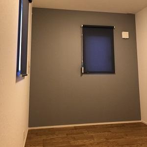 男の子のお子さまのお部屋は、壁紙やカーテンも落ち着いた深い色にし、女の子のお部屋とは雰囲気が変わっています。