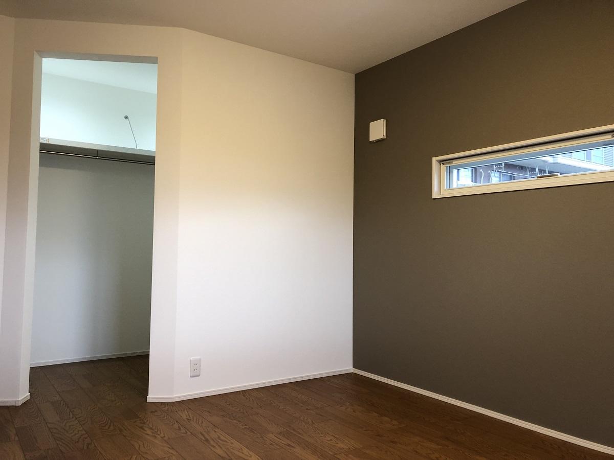 寝室だけ床や建具などをダークトーンに仕上げ、休息の間にふさわしい空間にしました。WICの入り口も斜めから入るところが一味違っておしゃれです!