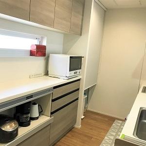 二の字型のカップボードの間に窓があるので、キッチンも風が抜けます。カップボード横にはたっぷり入るパントリーもあります。