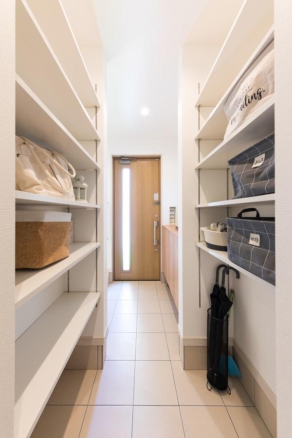 玄関を入ってまっすぐいくと両側収納のシューズクローク 置きっぱなしにしてしまいがちなカバン等の荷物もすっきりしまえます