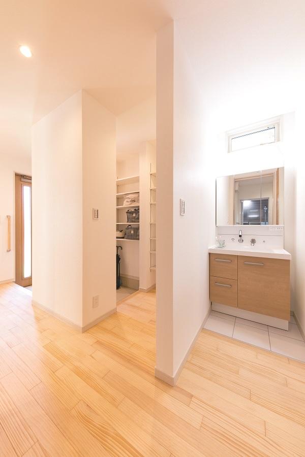 洗面所は玄関からすぐに行ける場所に! 外から帰ってきてクロークに荷物を置いたら そのまま手洗 いができちゃいます