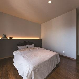 寝室は落ち着いたカラーでリラックスできます 間接照明がいい雰囲気です