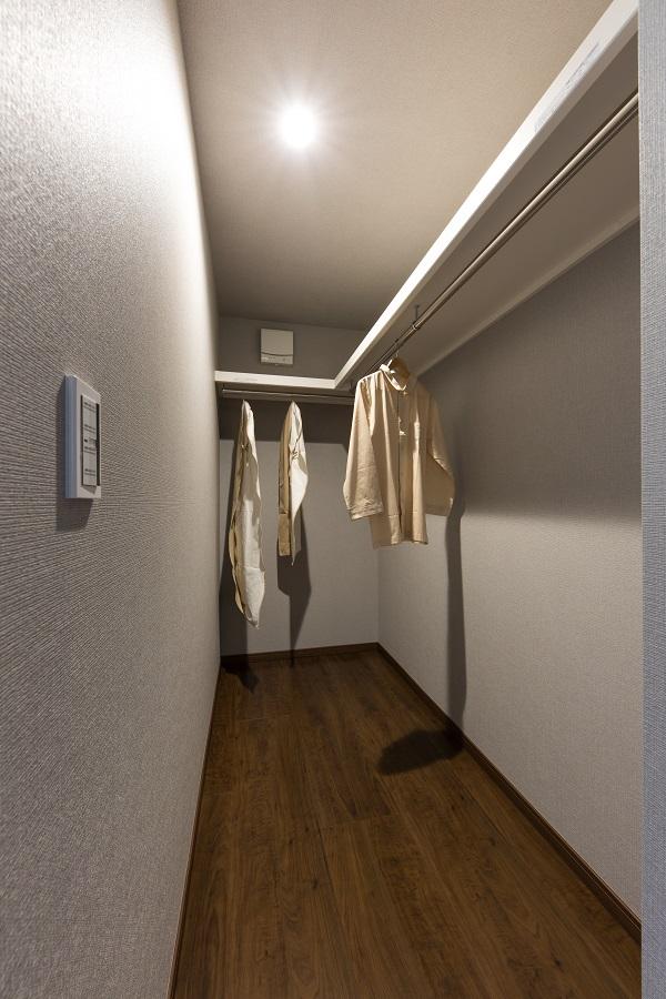 広々とした主寝室のクローゼットには お父さん、お母さんの荷物をたっぷり収納できます