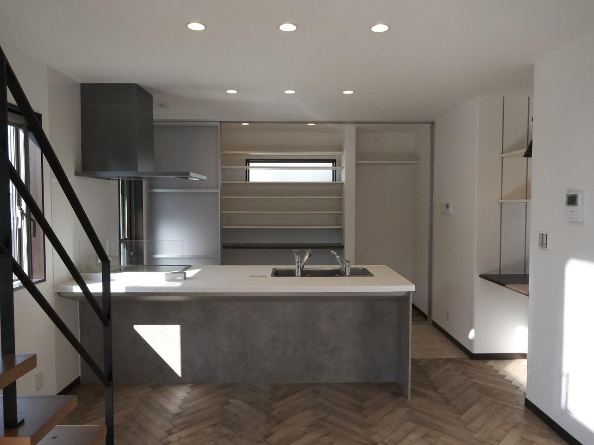 アイランドキッチンは広々おしゃれですね 背面の収納も目隠しで扉もついているので生活感が隠せて◎