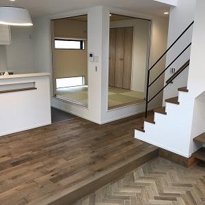 LDKと和室はひとつながりの大きな空間になっています 。 一段下がったリビング〈 ほっとピット 〉と小上がりの和室は 高低差があるので不思議と独立 した部屋のようにも感 じるんです