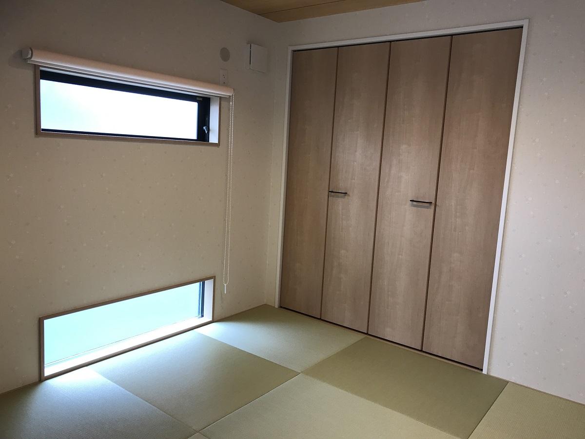 リビングとつながった小さな窓がかわいらしい和室です