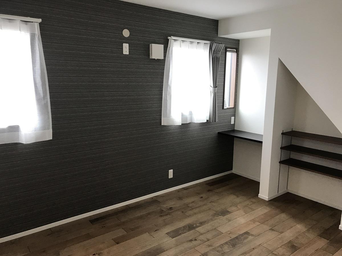無垢床と壁紙色合いが大人っぽくて落ち着いた寝室です。 階段下を利用したカウンター収納が個性的で素敵ですね