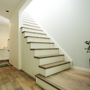 玄関ホールと階段は無垢床と白い壁紙でナチュラルなイメージです♩ 2Fから日光が入ってきてやわらかい雰囲気が漂います。