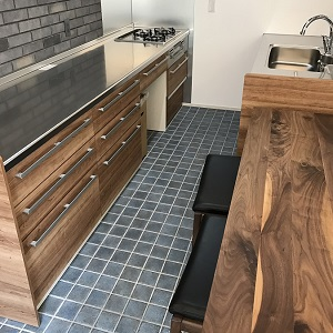 バーのような雰囲気のおしゃれなキッチンは 「タイル床×床暖房」で冬もぽかぽかで過ごせます☀