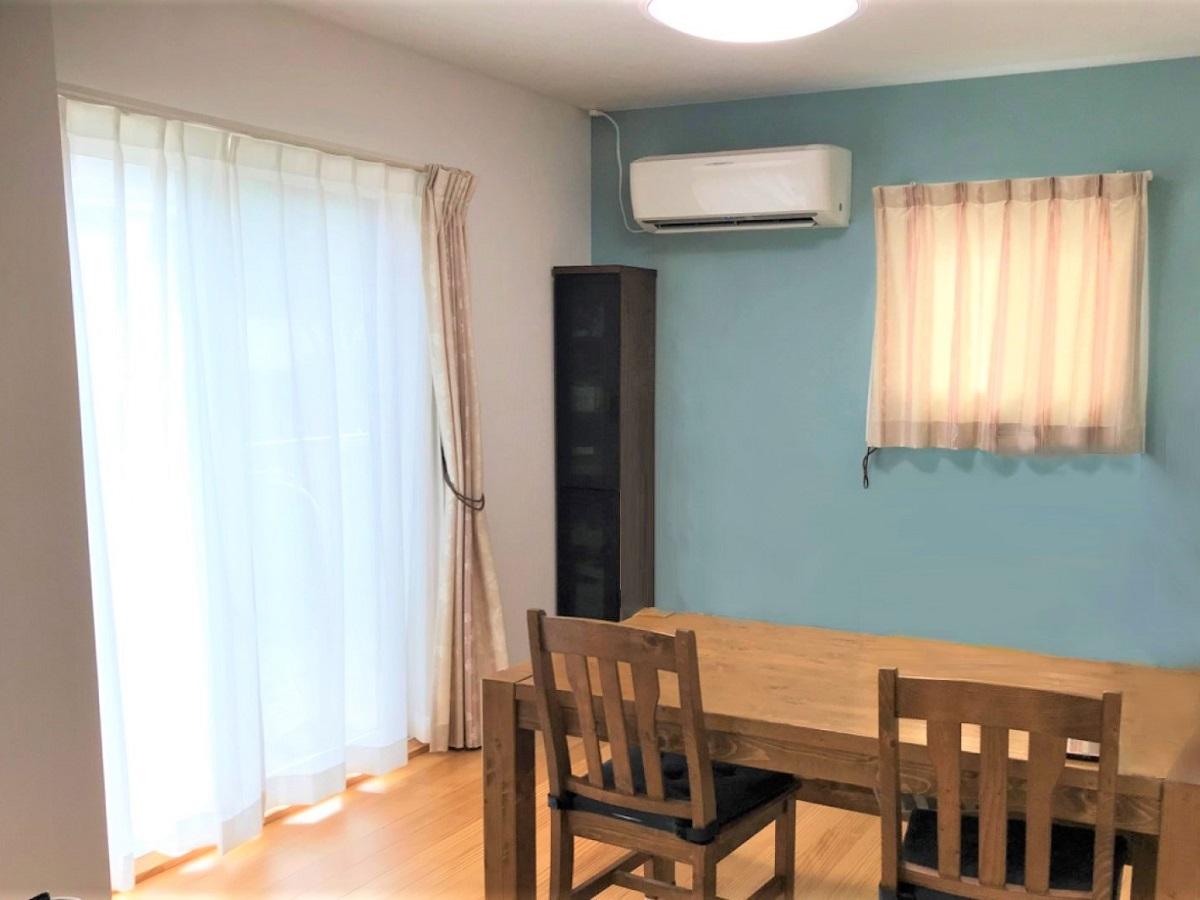 壁紙にキレイな水色を使用。無垢床とも良く合います。