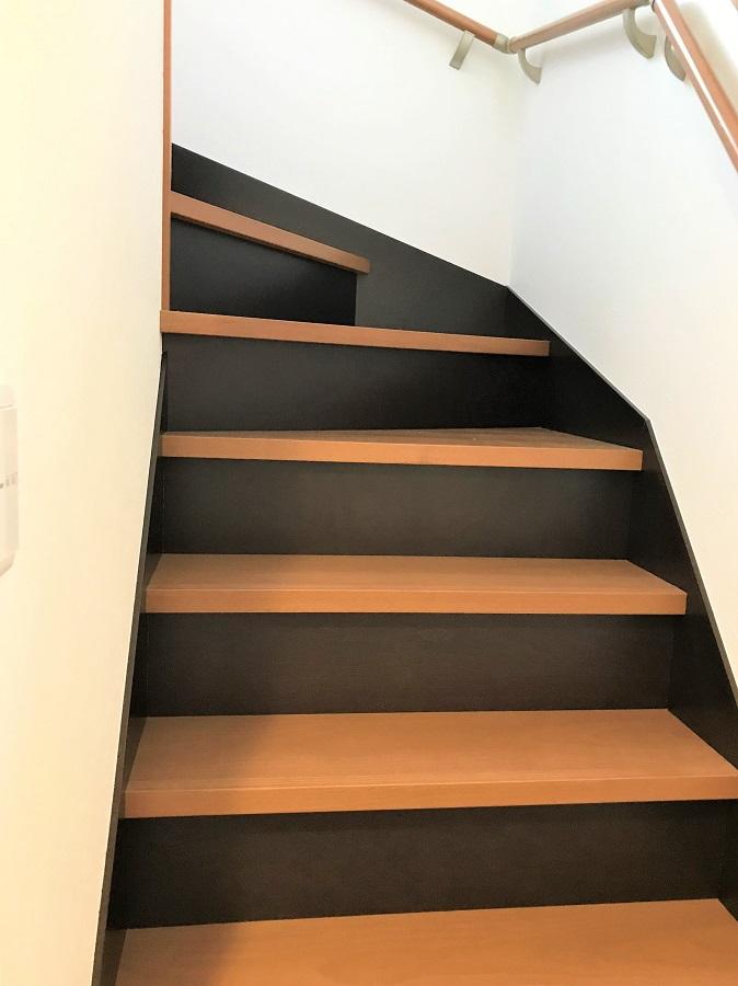 階段の色を変えることでアクセントになります。