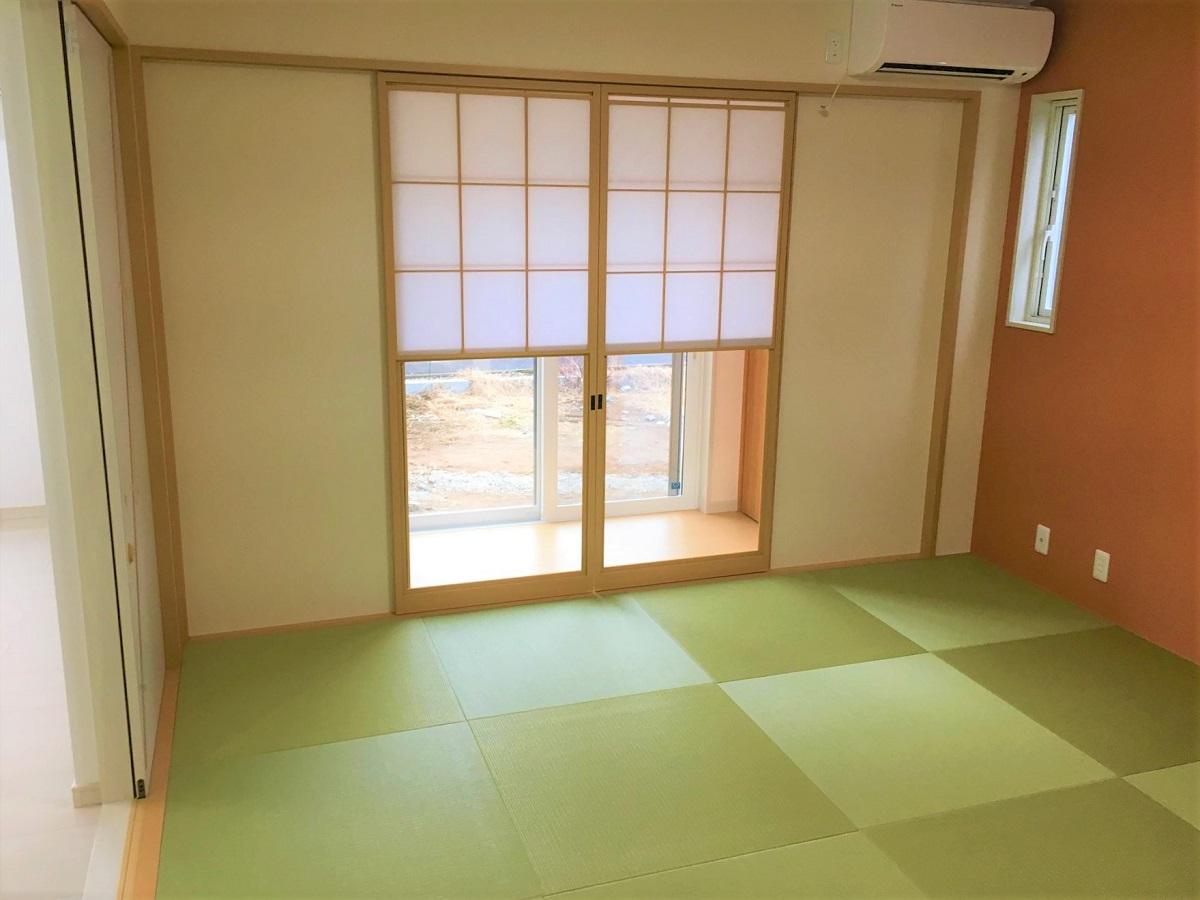 リビング奥には和室を設けました。床の間もあります。障子は上げ下げ出来る仕様なのでお庭を眺めながら休んだり、外の光を取り入れたりと、のんびりくつろげるスペースです。
