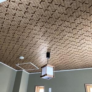 目を惹くおしゃれな和室の天井。照明器具もお部屋にマッチしています。