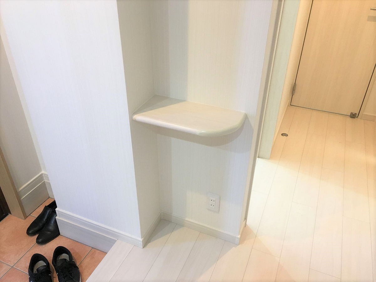 玄関を小さな棚があります。車の鍵や家の鍵、ちょっとした小物が置けるスペースがあると本当に便利です。