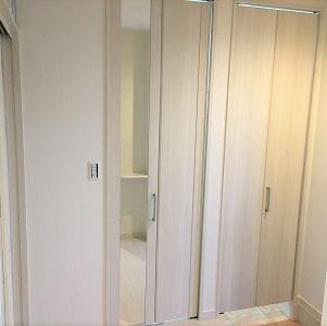 2つの扉のシューズクロークは中でつながっていて広く使えます。1つの扉にはあると嬉しい姿見がついています。